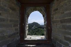 Widok przez ceglanego okno Forteczny Strażowy wierza Mutianyu, sekcja wielki mur Chiny podczas lata fotografia royalty free