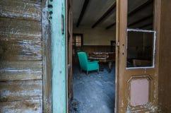 widok przez drzwi na pianinie zdjęcia stock