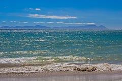 Widok przez Fałszywą zatokę w kierunku Stołowej góry Zdjęcia Royalty Free