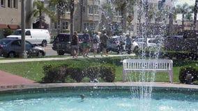 Widok przez fontanny wody ludzie podróżować zbiory wideo