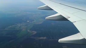 Widok przez iluminatora samolot ziemia zbiory wideo