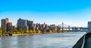 Widok przez Nowy Jork miasta Wschodnią rzekę w kierunku 59th Ulicznego Queensboro mostu i części Roosevelt wyspa, zdjęcia royalty free