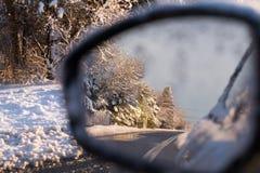 Widok przez offside samochodowego lustra zdjęcia stock