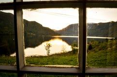 widok przez okno w norweskim fjord zdjęcia royalty free