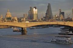 Widok przez Rzecznego Thames od Hungerford Footbridge w zmierzchu Obraz Royalty Free
