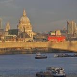 Widok przez Rzecznego Thames od Hungerford Footbridge w zmierzchu Zdjęcia Royalty Free