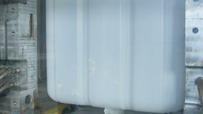 Widok przez szkło prasy formy otwiera i zbiornik odtransportowywający zbiory