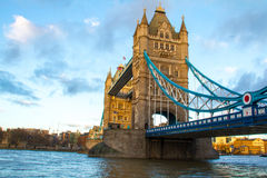 Widok przez Thames przy wierza mostem Zdjęcia Stock