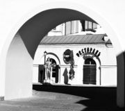 Widok przez ?uku piwna restauracja Przy urz?d miasta w g?rnym miasteczku dziejowy centrum Minsk fotografia royalty free