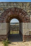 Widok przez wznawiającego łuku w Romańskim fortecznym Cappidava na zdjęcie royalty free