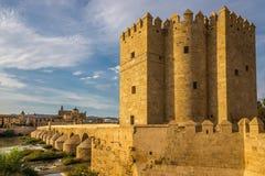 Widok przy Calahorra wierza z katedry i rzymianina mostem w cordobie, Hiszpania Obrazy Stock