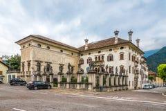 Widok przy Crotta pałac w Agordo, Włochy - Zdjęcie Royalty Free