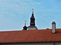 Widok przy dachowym i Kościelnym góruje w monasterze Krusedol, Serbia Fotografia Stock