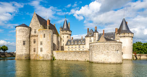 Widok przy górską chatą Sully sura Loire przez fosę Zdjęcia Stock