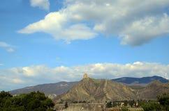 Widok przy Jvari monasterem przeciw tłu chmurny niebo Mtskheta, Gruzja Obraz Stock