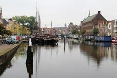 Widok przy kanałem z statkami i budynek powierzchowność w Leiden Holland południowych holandiach fotografia royalty free