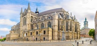 Widok przy kościół święty Waltrude w Mons, Belgia - Fotografia Royalty Free