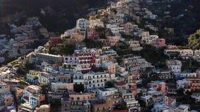 Widok przy kolorowymi domami na wzgórzach w Positano miasteczku w Włochy zbiory