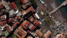 Widok przy linią brzegową i starym miasteczkiem Minori w Włochy zbiory wideo