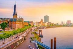 Widok przy miasto linią horyzontu środkowy Dusseldorf od Rhine rzeki, Dusselfdorf Niemcy zdjęcie stock