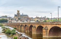 Widok przy Nevers z starym mostem Zdjęcie Royalty Free