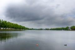 Widok przy Pfaffenteich, Pfaffenpond przy chmurzącym dniem w Schwerin, Niemcy zdjęcia royalty free