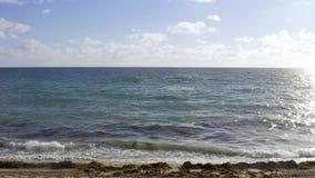 Widok przy pogodnymi piasek plażowymi i tocznymi falami w Miami w usa zbiory