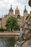Widok przy Schwerin kasztelem z selekcyjną ostrością na pierwszoplanowym i dziejowym kasztelu w rozmytym tle zdjęcie stock