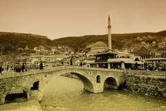 Widok przy starym kamienia mostem w Prizren Obrazy Stock
