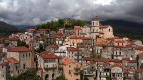 Widok przy starym miasteczkiem Rivello w Włochy zbiory wideo