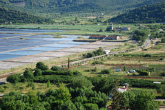 Widok przy Ston grodzkimi przedmieściami solankowymi nieckami w Chorwacja i Zdjęcia Stock