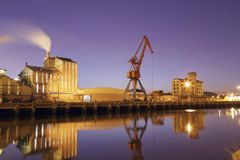 Widok przy wieczór Nervion rzeka blisko miasta Bilbao zdjęcie stock