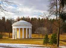 Widok przyjaźni świątynia przy parkiem Pavlovsk w sp Zdjęcia Royalty Free