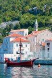 Widok przyjemności łódź w postaci starego statku w Boka-Kotorska zatoce Fotografia Royalty Free