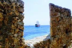 Widok przyjemności żeglowania statek dla dennych wycieczek przez luki forteca ściana Antalya, Turcja Fotografia Royalty Free