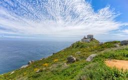 Widok przylądek Finisterre, Galicia, Hiszpania z latarnią morską pod chmurnym niebieskim niebem fotografia royalty free