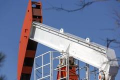 Widok Pumpjack przy światło dzienne przemysłem paliwowym zdjęcie stock