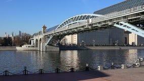 Widok Pushkinsky Andreevsky most Moskva rzeki dzień i moscow Rosji zbiory wideo