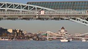Widok Pushkinsky Andreevsky most Moskva rzeki dzień i moscow Rosji zdjęcie wideo