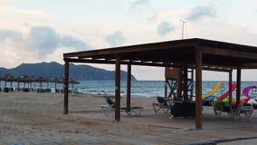 Widok pusta plaża przy zmierzchem zbiory wideo