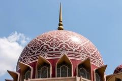 Widok Różowi meczety Putra lub Masjid, Malezja Obraz Stock