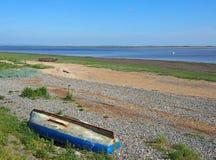 Widok ribble ujście w lancashire z małą łodzią rybacką na rzece i starej porzuconej wioślarskiej łodzi plaży i obraz royalty free