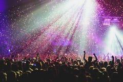 Widok rockowego koncerta przedstawienie w dużej filharmonii z tłumem i sceną, zaświeca, zatłoczona filharmonia z scen światłami,