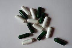 Widok rozsypisko białe kapsuły magnez zieleni i cytrynianu kapsuły multivatamins z góry obrazy stock