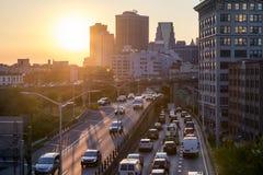 Widok ruch drogowy na Brooklyn queens autostradzie w Miasto Nowy Jork obrazy stock