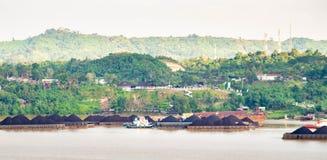 Widok ruch drogowy tugboats ciągnie barki węgiel przy Mahakam rzeką, Samarinda, Indonezja obrazy stock