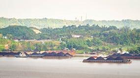 Widok ruch drogowy tugboats ciągnie barki węgiel przy Mahakam rzeką, Samarinda, Indonezja zdjęcia stock