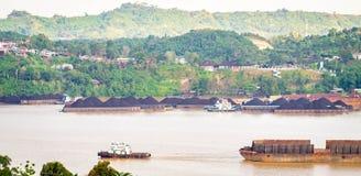 Widok ruch drogowy tugboats ciągnie barki węgiel przy Mahakam rzeką, Samarinda, Indonezja fotografia royalty free