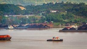 Widok ruch drogowy tugboats ciągnie barki węgiel przy Mahakam rzeką, Samarinda, Indonezja obrazy royalty free