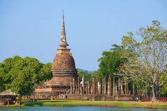 Widok ruiny antyczna Buddyjska świątynia Wat Sa Si na słonecznym dniu park historyczne sukhothai Thailand zdjęcie stock